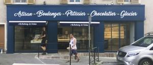 """Facade et enseigne de la boulangerie """"Au faubourg de l'écluse"""""""